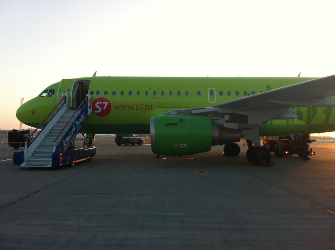 Адрес.  VP-BHJ 30 марта 2013 года, обслуживание на перроне.  Kemerovo International Airport Alexey Leonov.
